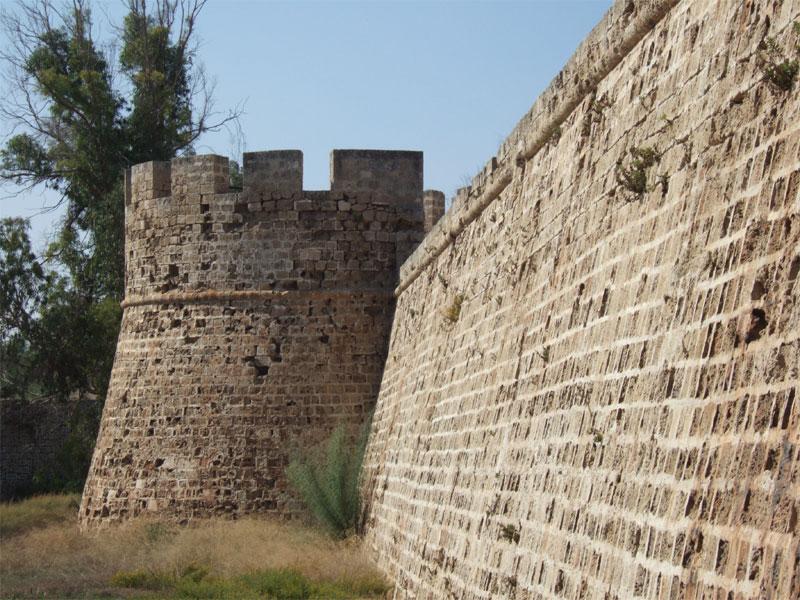 Круглые башни по углам - характерная особенность замка Фамагусты