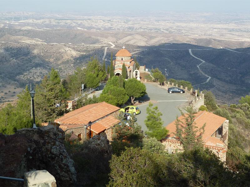 Из монастыря Ставровуни открывается красивый вид на прилегающие окрестности