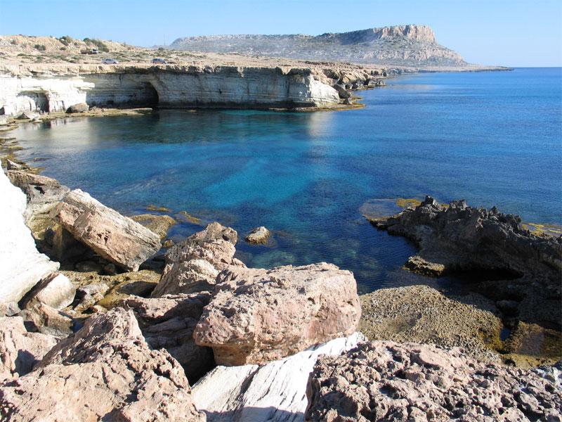 С мыса Греко открываются очень красивые виды на море и скалы