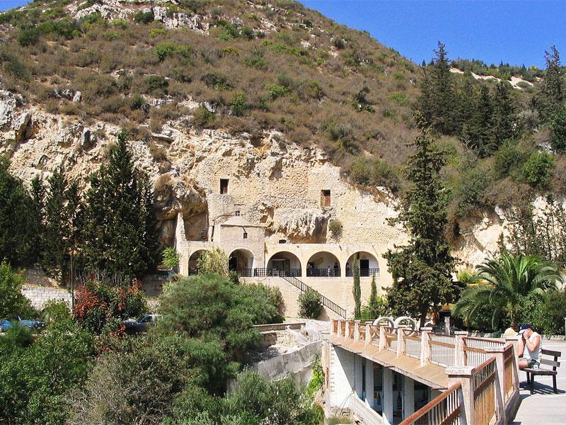 Многие гроты монастыря были сделаны его основателем - Святым Неофитом