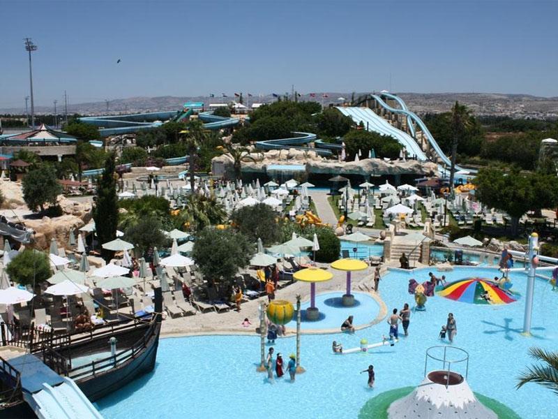 Пафосский аквапарк может похвастаться большим разнообразием горок для детей и взрослых