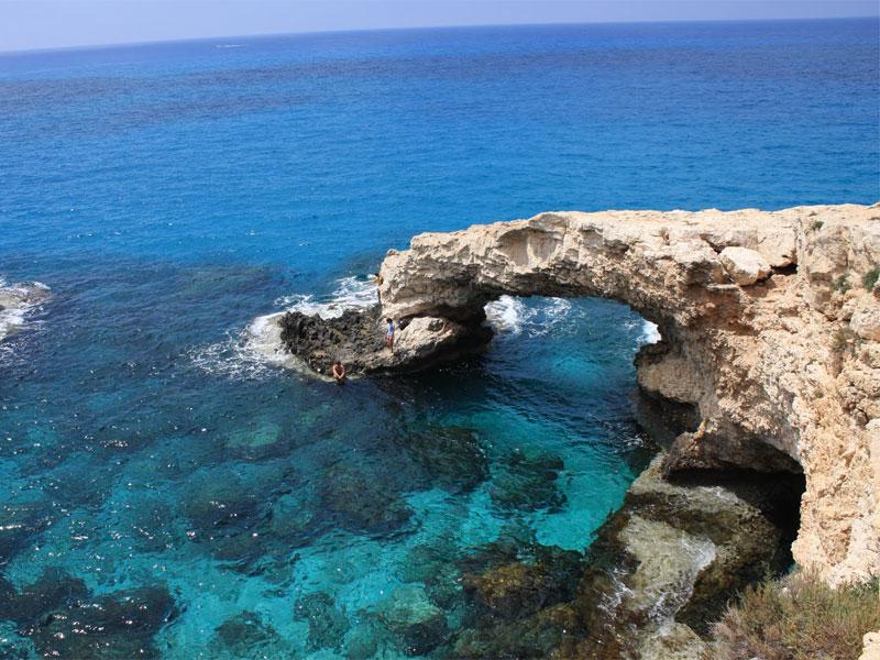 Мостиком для влюбленных называют естественную каменную арку на морском берегу