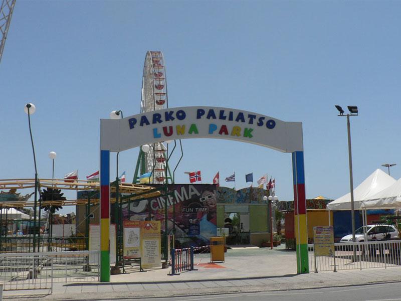 Луна-парк в Айя-Напе способен разнообразить вечернюю программу отдыха
