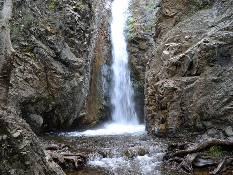 Наиболее мощный водный поток у водопада Милломерис наблюдается весной