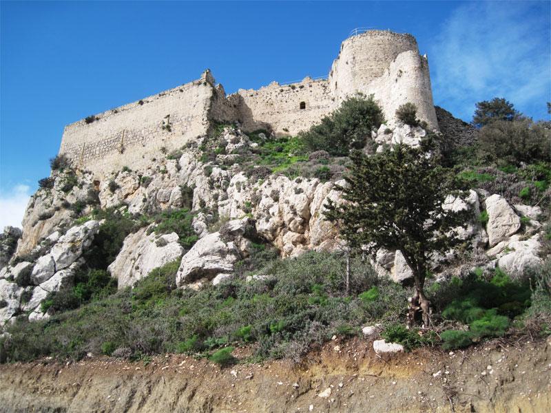 Неприступный замок Кантара располагается на вершине отвесной скалы