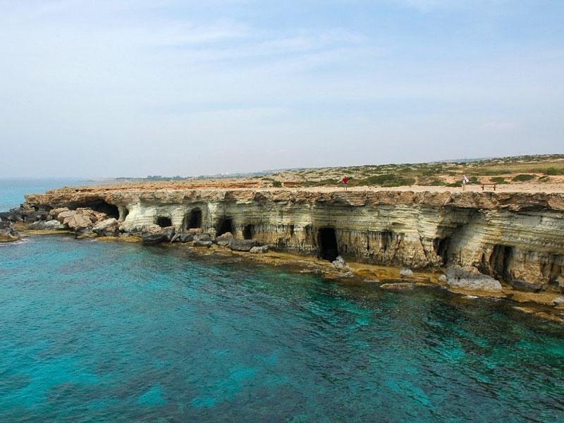 Причудливые скальные пещеры придают побережью почти архитектурные очертания