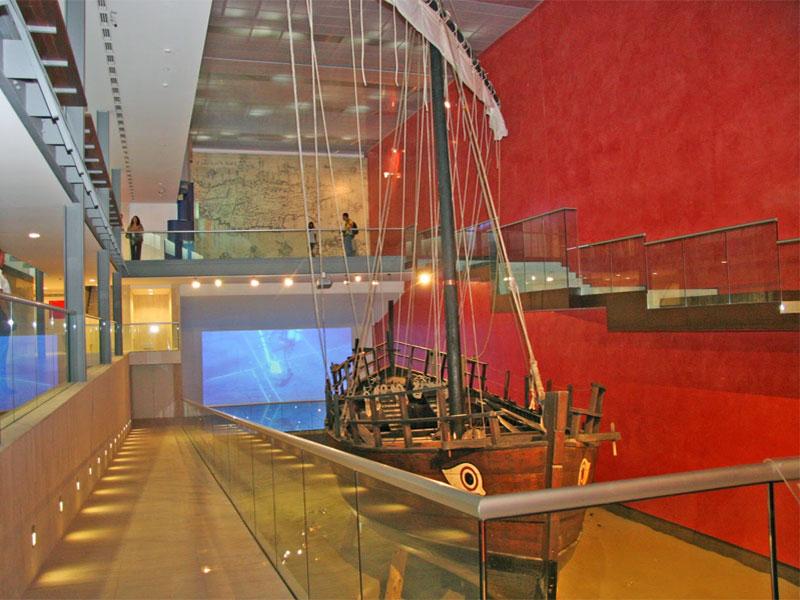 Центральный экспонат морского музея - древнегреческий корабль IV века до нашей эры