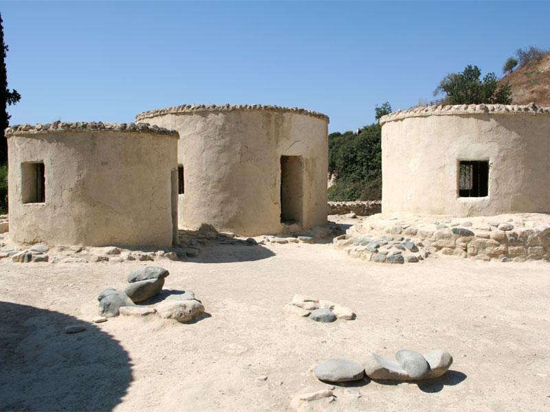 Реконструированные жилища неолитического поселения