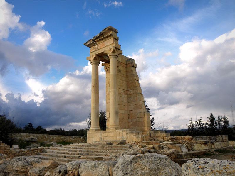 Часть колонн античного храма Аполлона была восстановлена в наши дни